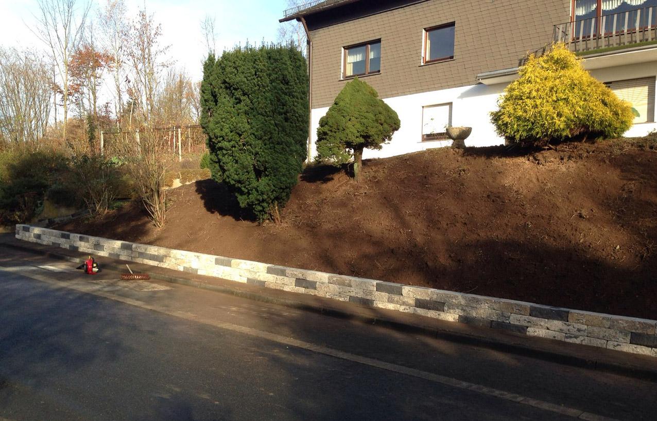 TAUPADEL Garten- und Grabpflege - Betonsteinmauer zur Wegabgrenzung